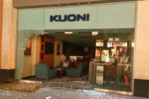 Thieves smash Kuoni store window in bungled theft